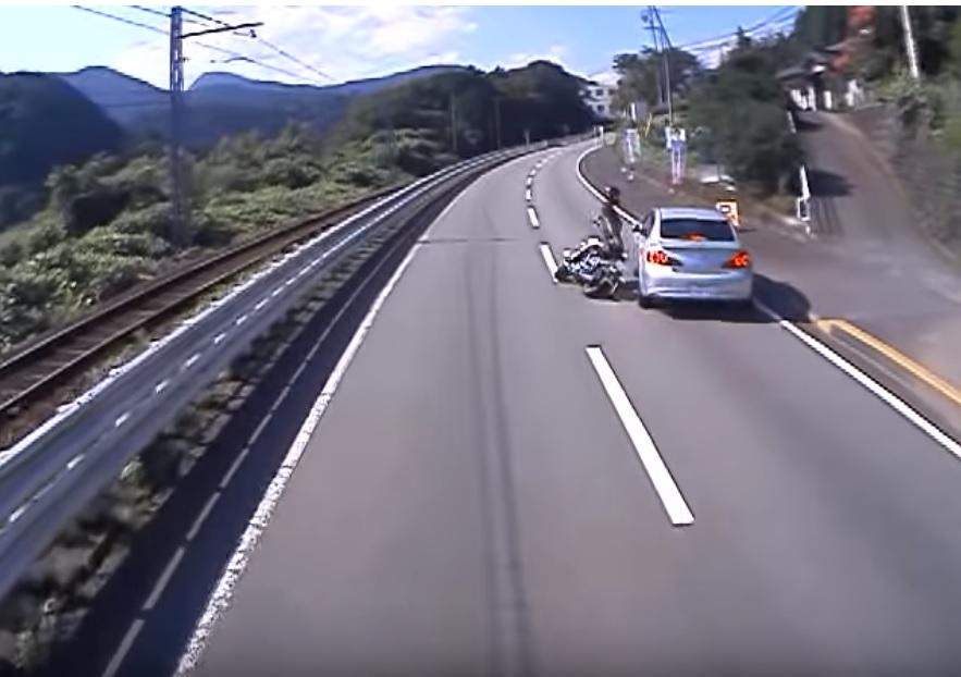 バイクと白いクルマの事故