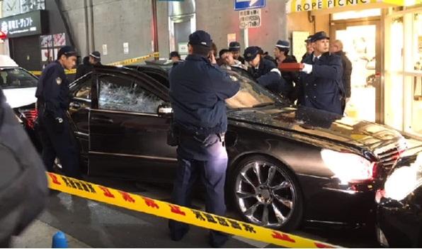 大阪の繁華街ミナミで黒塗りのベンツが、警官に発砲される