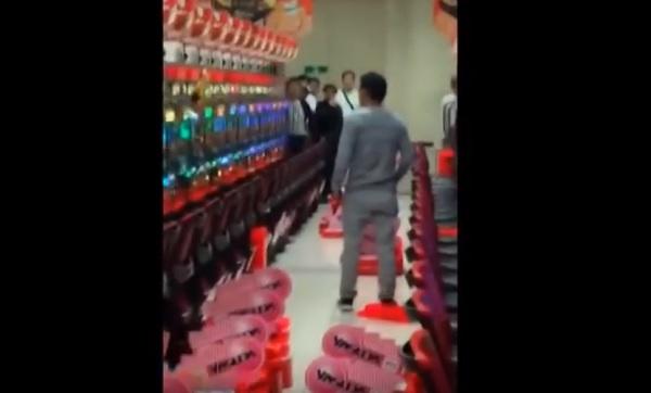 【降臨】パチンコ台をハンマーで潰す男性の動画。ショバ代トラブルか?