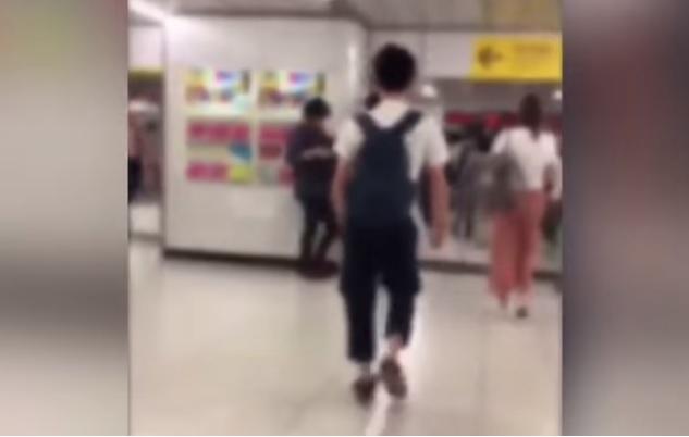 新宿でオンナ限定で肩にぶつかるオトコ