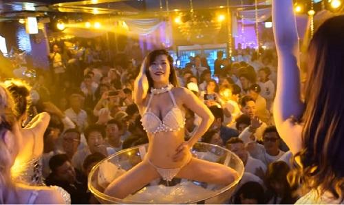 みんなの前で水たまりのうえで踊る!斬新なクラブ!