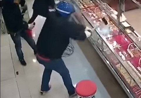強盗でもなかなか割れない、防犯強化ガラスの威力を示す動画!!