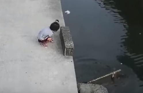 溺れる子供を助ける