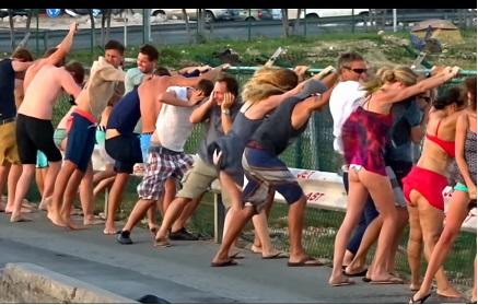 飛行機が頭上を通過する世界一危険なビーチ【マホビーチ】