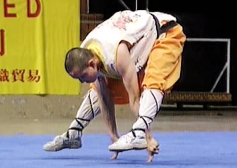 世界に2人しかできないといわれているポーズ!中国少林寺の僧侶の演武動画!!