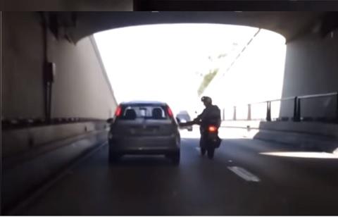バイクからクルマへの足蹴り動画!!パパ怖いよぉ!!