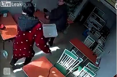 ある動物が、食堂でおばちゃんを襲う。おばちゃん、とても可哀そう・・・