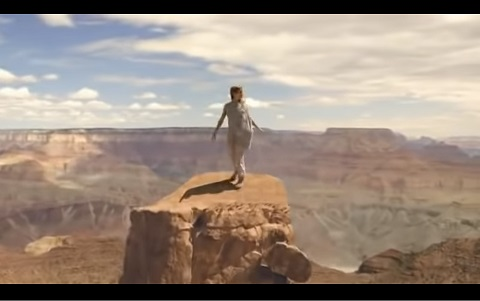 背景をどこにでもできる映像技術クロマキー合成がわかる動画と説明!
