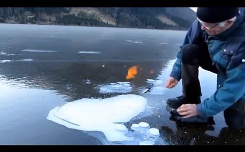 カナダの神秘の絶景のアイスバブルのメタンガスに火をつけてみた!