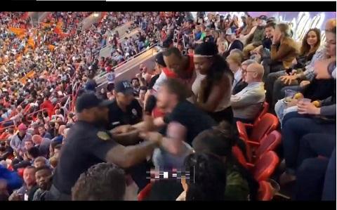 アリーナの観客席で警備員と客が大乱闘スマッシュブラザーズ!